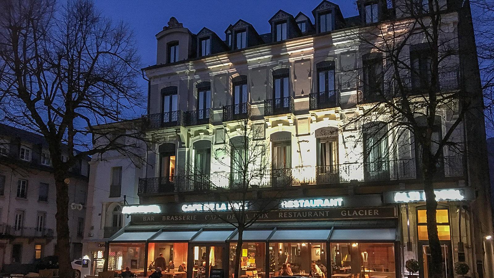 Luchon: das Hôtel Alti mit seinem benachbarten Café. Foto: Hilke Maunder