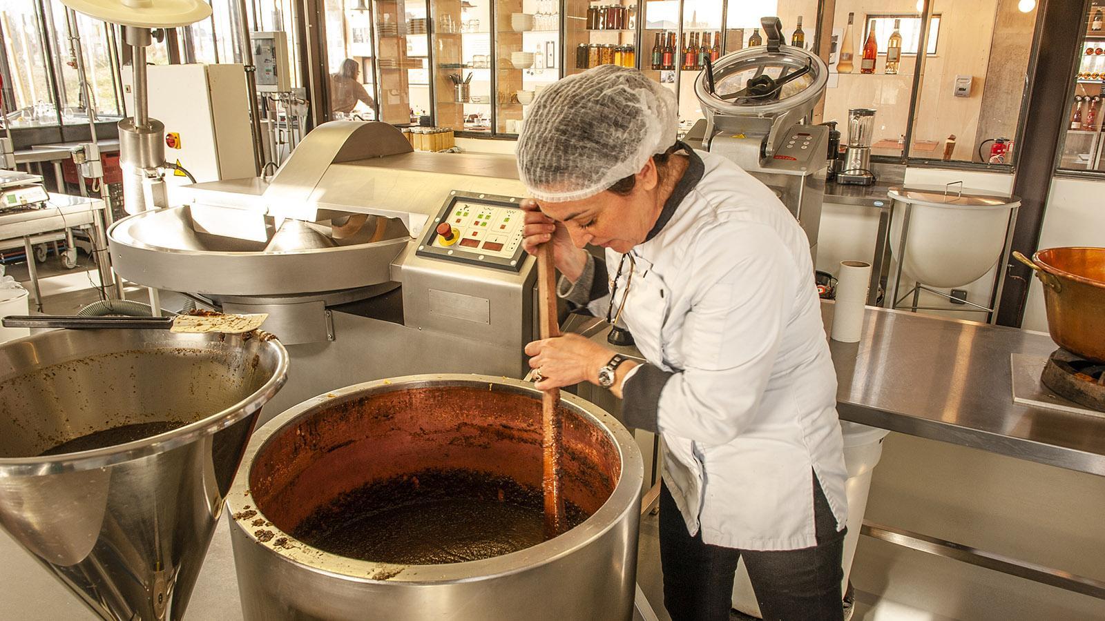 aix & terra: Marina Alibert bei der Herstellung von ihren Dips und Tapenaden. Foto: Hilke MaunderMarina Alibert bei der Herstellung von ihren Dips und Tapenaden. Foto: Hilke Maunder
