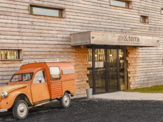 """aix & terra: Eine alte """"Ente"""" ist der Hingucker am Eingang. Foto: Hilke Maunder"""