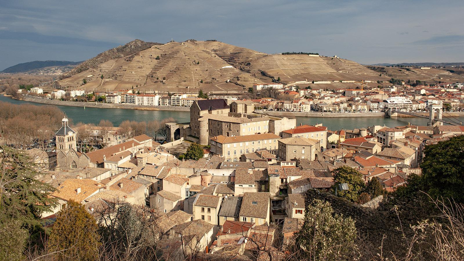Tournon: Blick auf das Burgschloss von Tournon und Tain-l'Hermitage am anderen Ufer der Rhône. Foto: Hilke Maunder