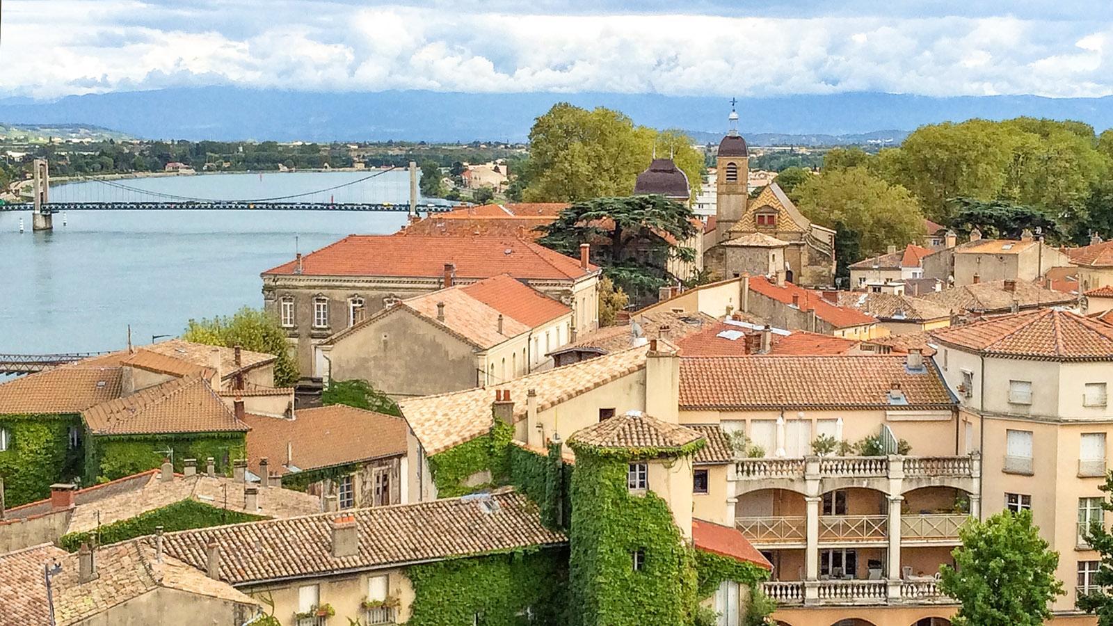 Blick von der Terrasse des Burgschlosses von Tournon. Foto: Hilke Maunder
