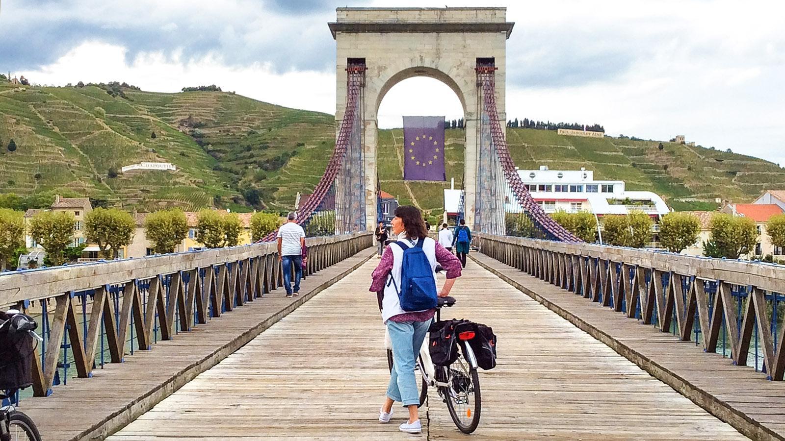 Tournon: Auf dem Pont Marc Séguin kommt ihr hinüber nach Tain-l'Hermitage. Foto: Hilke Maunder