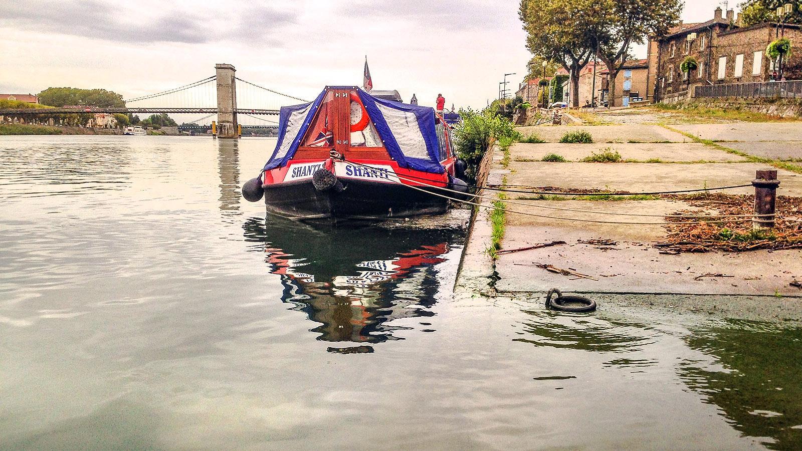 Am Kai von Tournon vertäut: ein Hausboot an der Rhône. Foto: Hilke Maunder