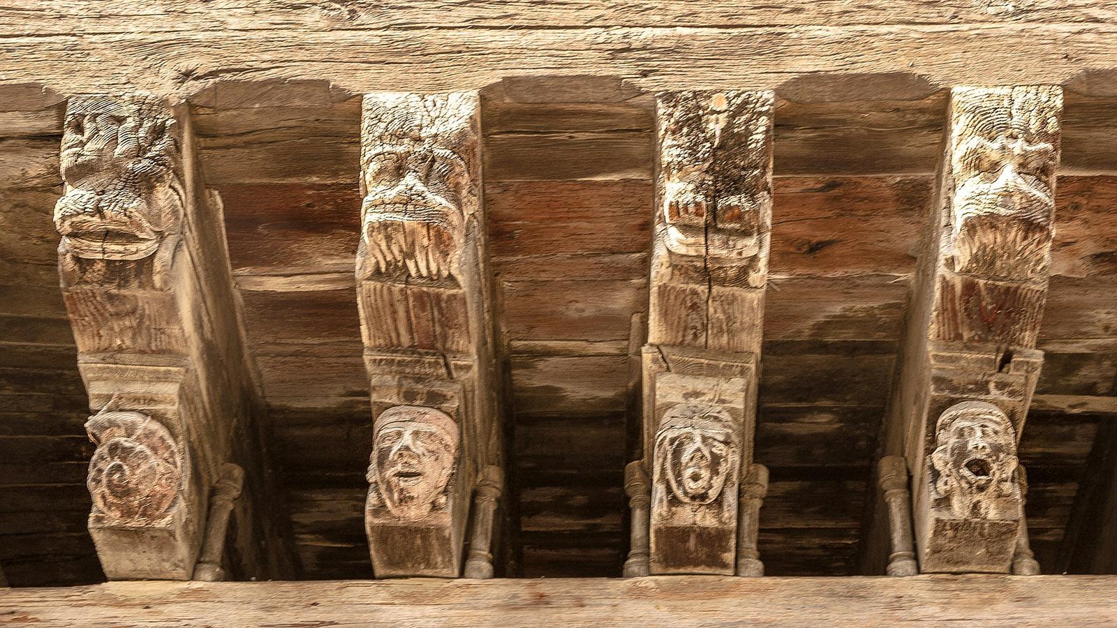 Mirepoix: Holzschnitzereien am Haus der Konsuln. Foto: Hilke Maunder