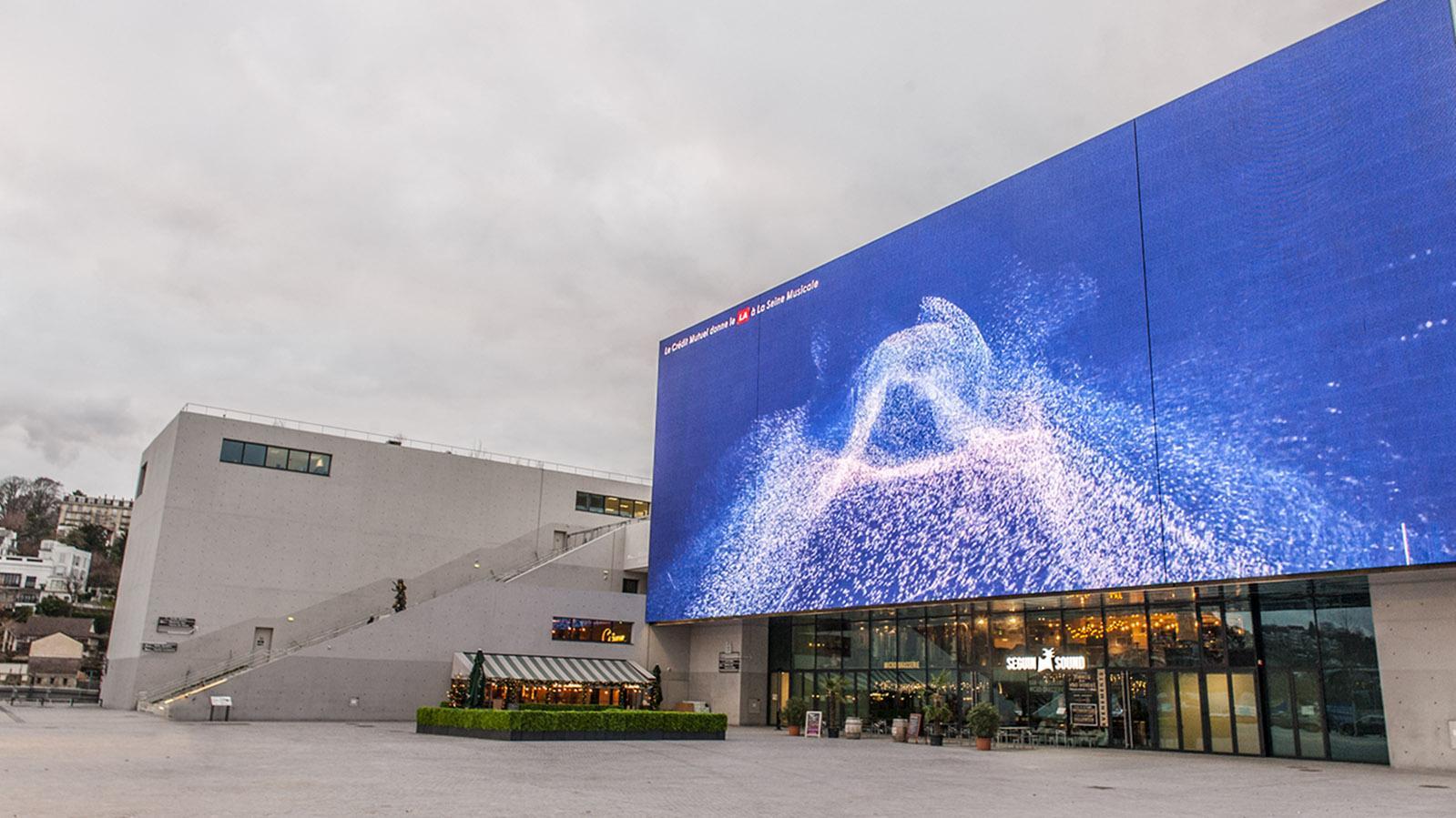 Die große Multimedialeinwand der Seine Musicale. Foto: Hilke Maunder