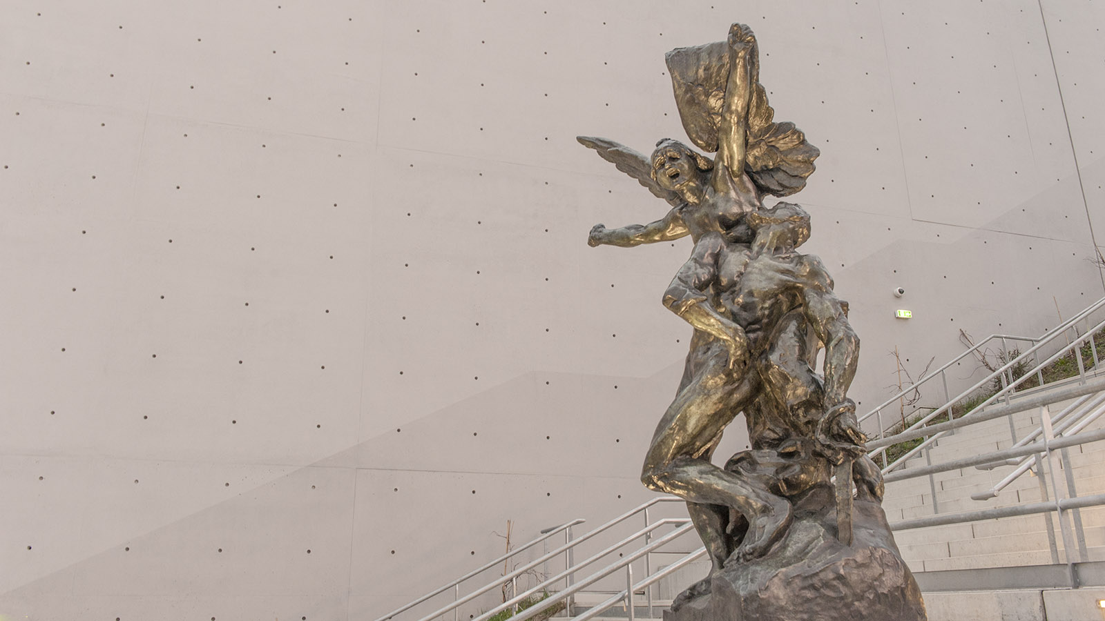 """""""La Défense"""" (1879) von August Rodin schmückt die Freitreppe der Seine Musicale. Foto: Hilke Maunder"""