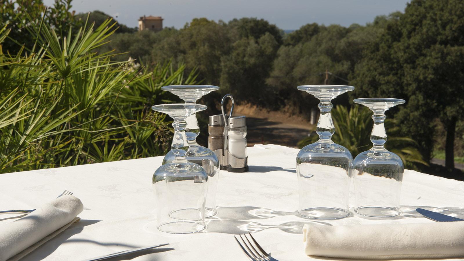 Der Tisch ist gedeckt in der Korsi der Auberge San Ghjuvani im Baracci-Tal. Foto: Hilke Maunder