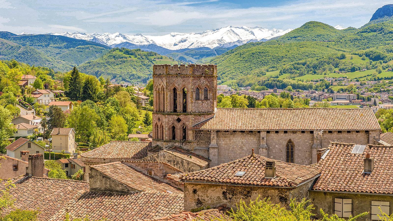 Saint-Lizier mit seiner ehemaligen Kathedrale und dem Hauptkamm der Pyrenäen. Foto: Hilke Maunder