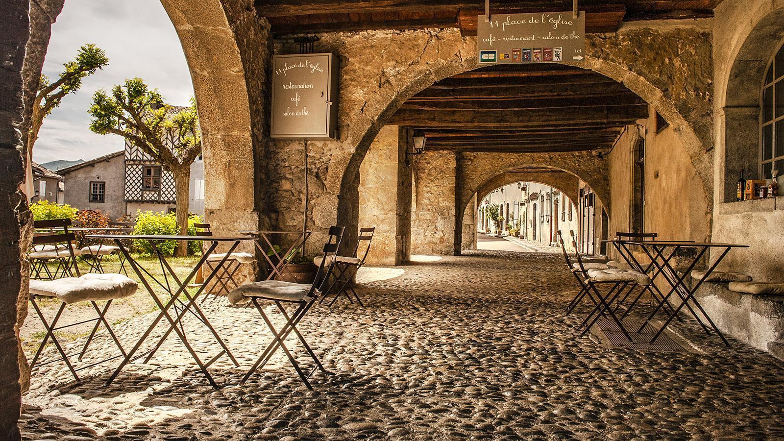 Ariège: Restaurant in den Arkaden der Altstadt. Foto: Hilke Maunder