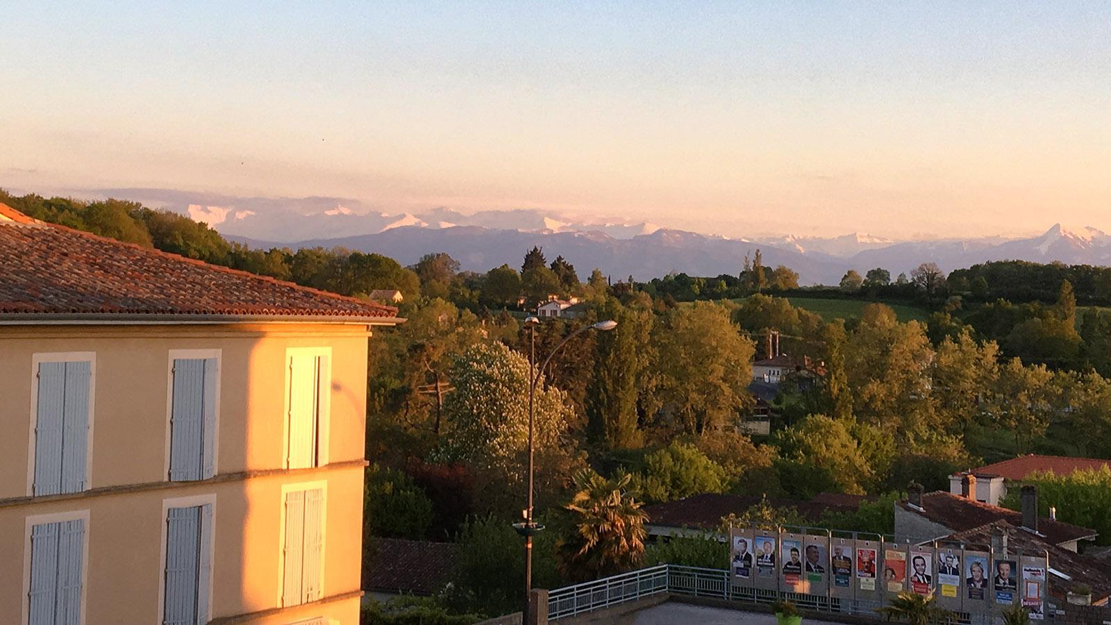 Abendblick aus meinen Hotelfenster in Aurignac. Am Horizont seht ihr die Pyrenäen. Foto: Hilke Maunder