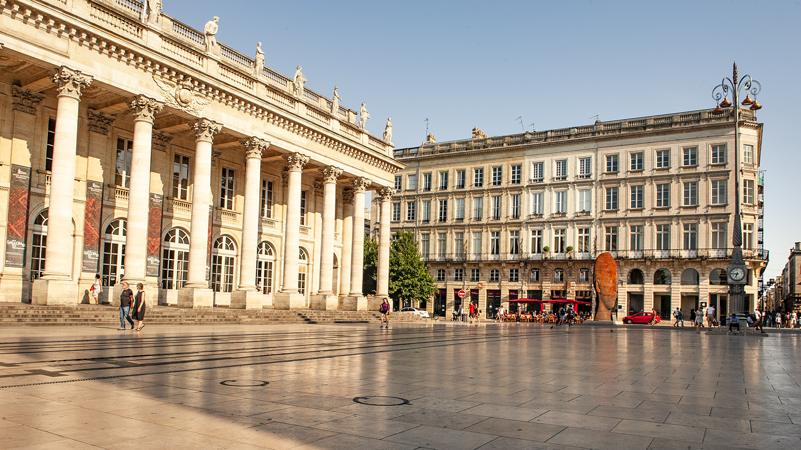 Bordeaux: Grand Théâtre (l.) und Skulptur von Jaume Plensa (rechts). Foto: Hilke Maunder