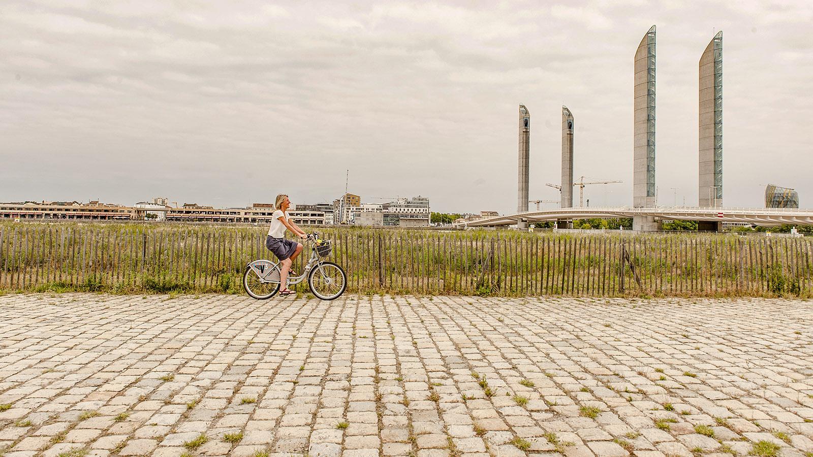 Bordeaux: Radweg und Pont Jacques Chaban-Delmas, Foto: Hilke Maunder