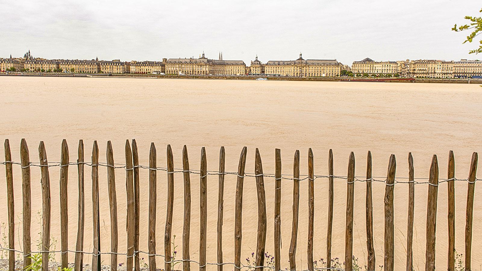 Blick vom Radweg am rechten Garonne-Ufer auf die historisch Stadtsilhouette von Bordeaux. Foto: Hilke Maunder