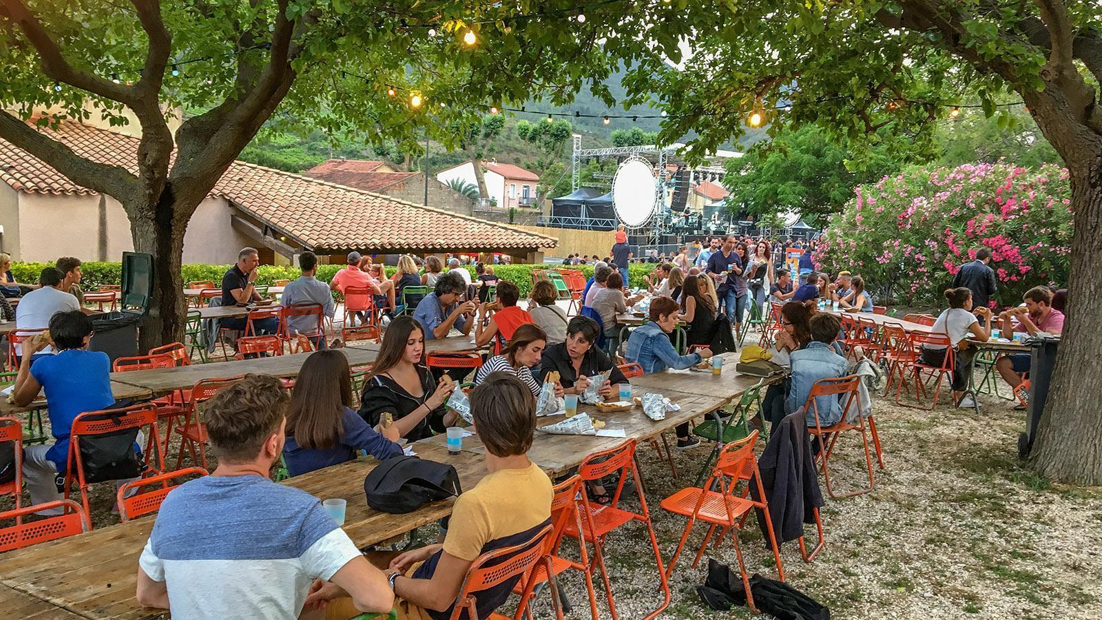 Voix de Femmes: Gemeinsam wird unter freiem Himmel gegessen und getrunken. Foto: Hilke Maunder