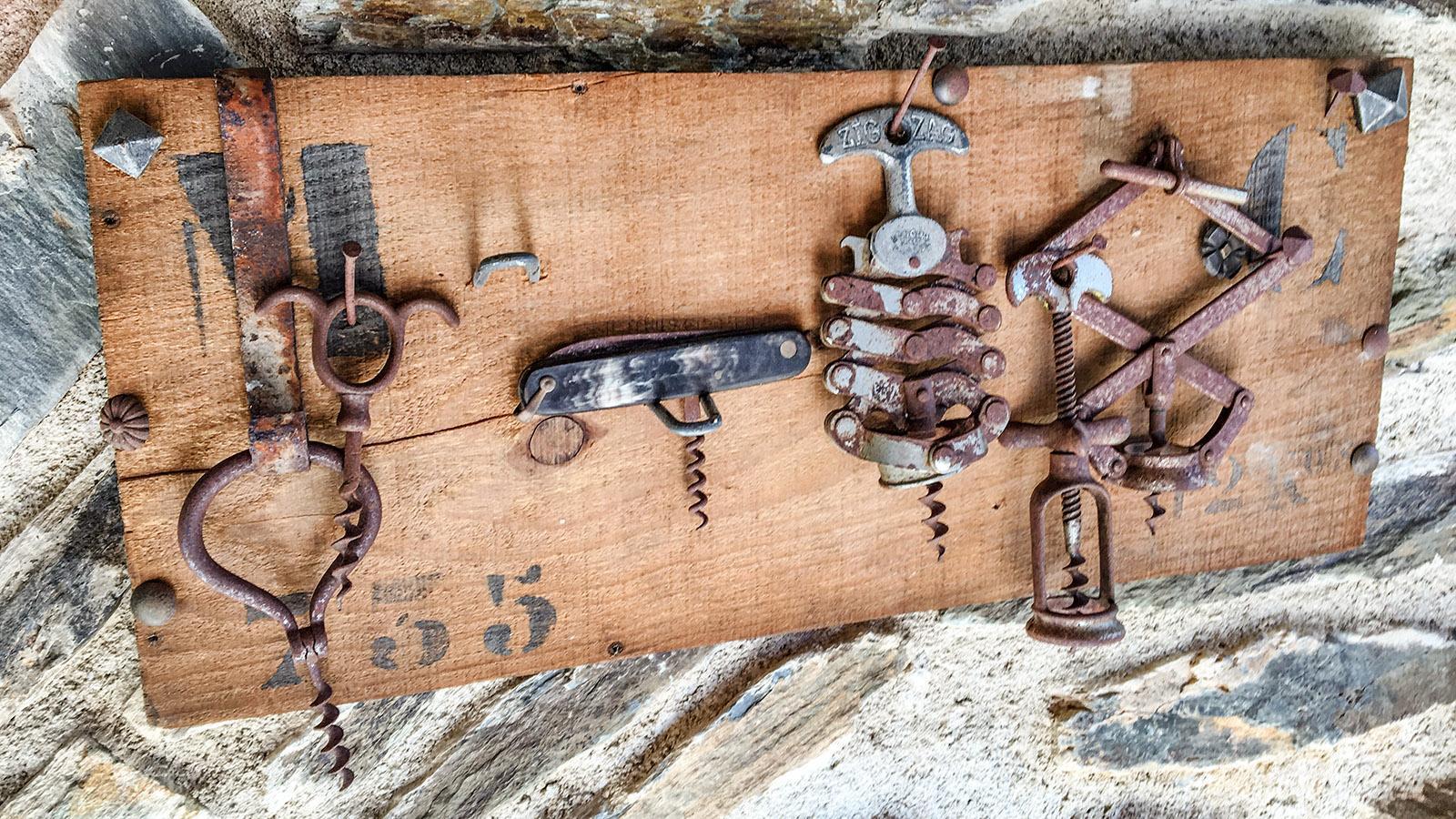 Fundstücke vom Flohmarkt schmücken die Ferienwohnung in der alten Wassermühle. Foto: Hilke Maunder