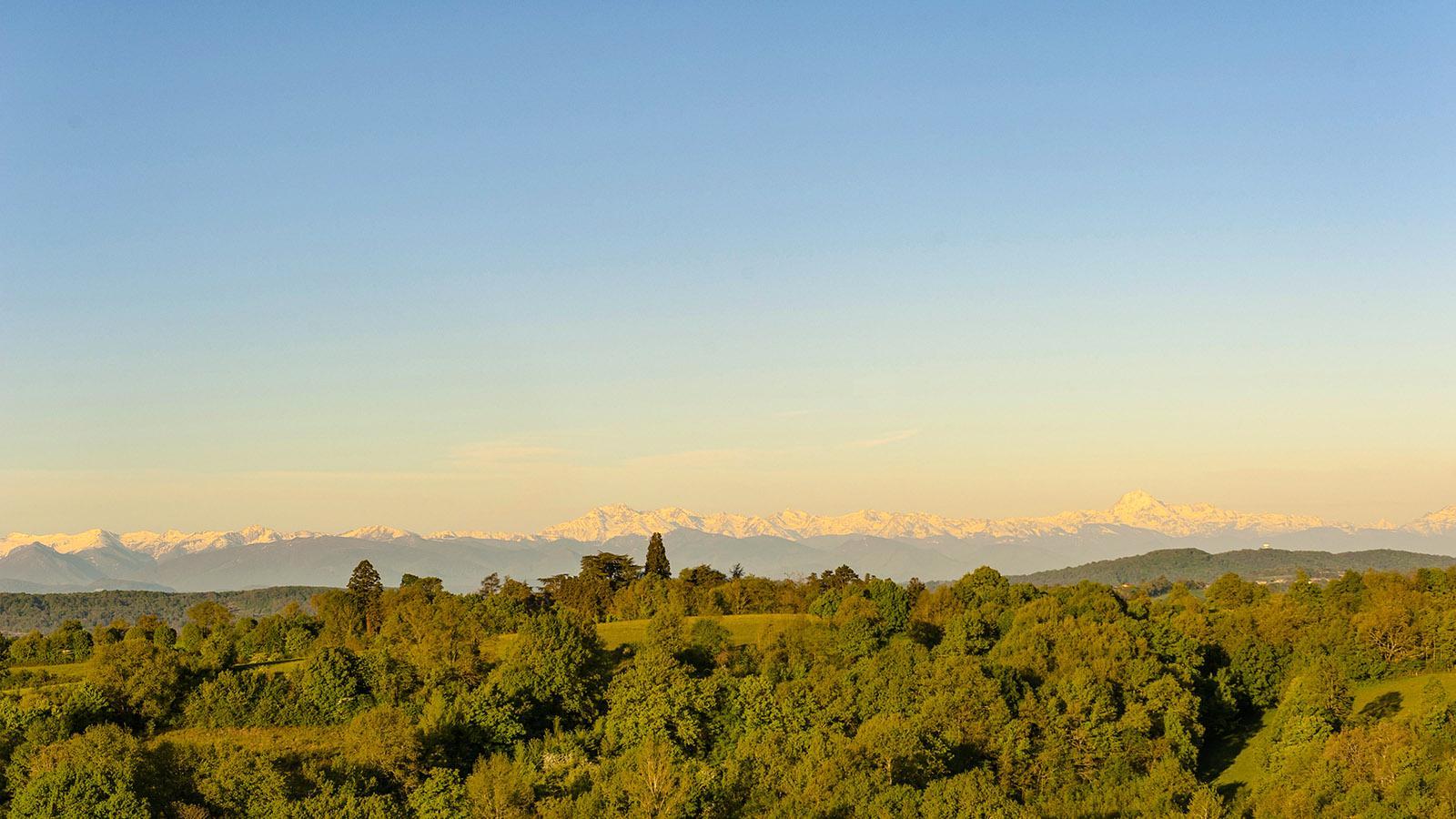 Traumhaft: der Ausblick von Aurignac auf den Hauptkamm der Pyrenäen. Foto: Hilke Maunder