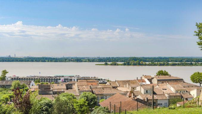 Bourg-sur-Gironde: Blick auf den Ort auf die Gironde. Foto: Hilke Maunder