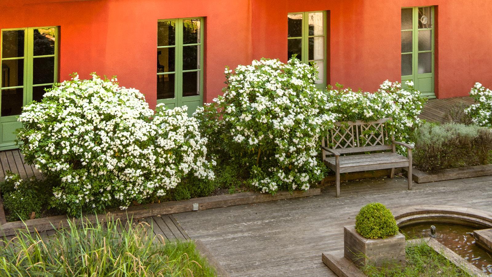 Rückseite in leuchtend Rot: das Grand Hotel von Molitg-les-Bains. Foto: Hilke Maunder