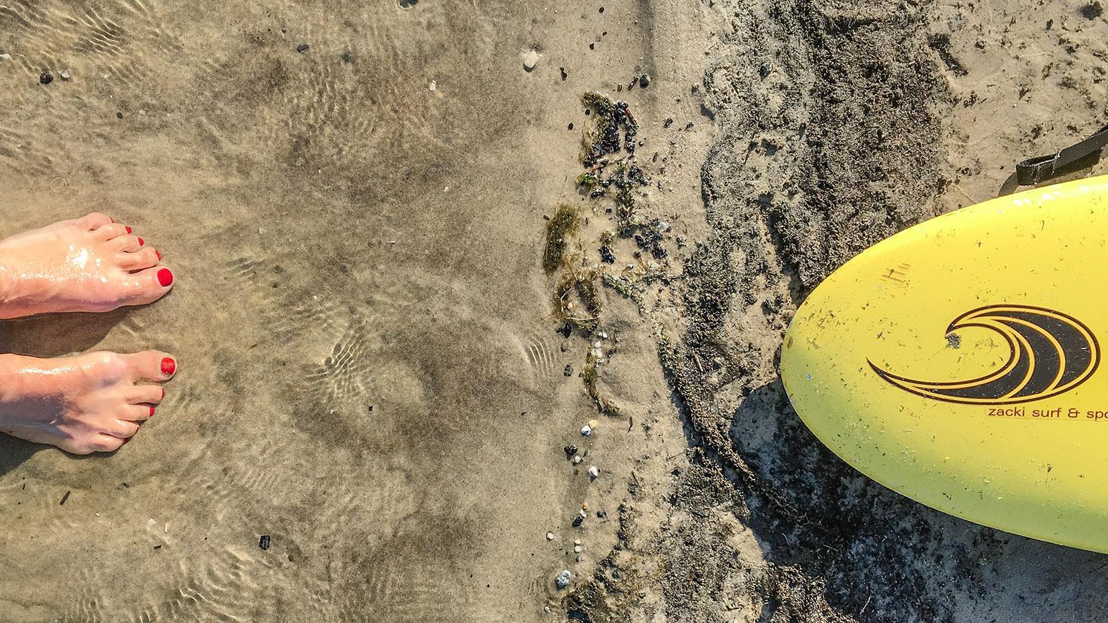 Carcans-Plage: Mal Neues wagen - warum nicht? Bei meinen ersten Surfversuchen gab's reichlich Badespaß! Foto: Hilke Maunder
