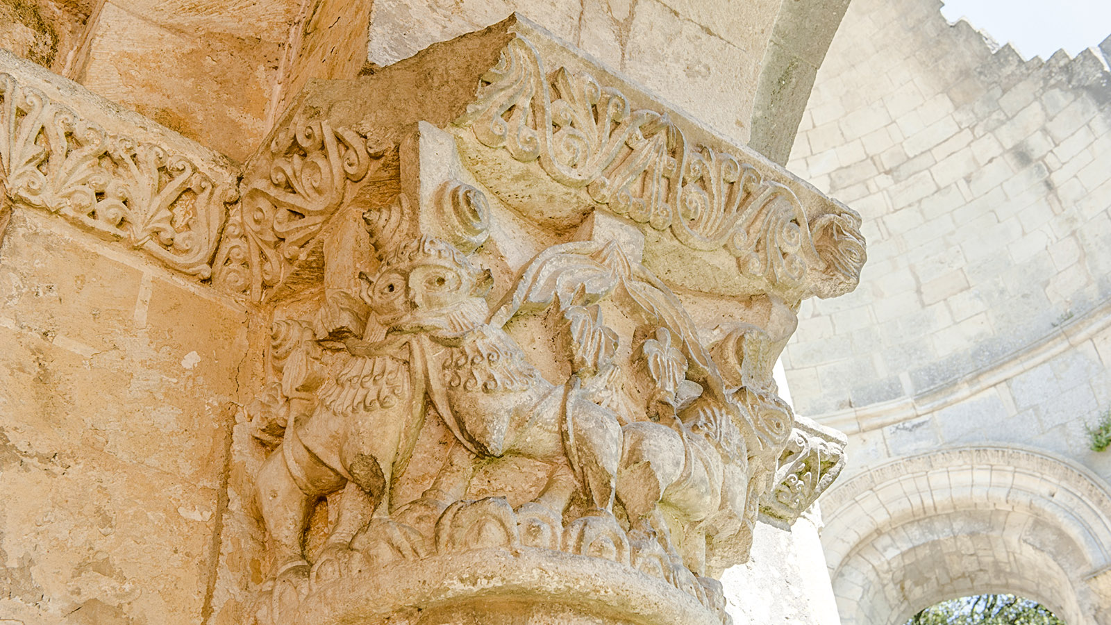 Entre-deux-Mers: Beeindruckend - die Kapitelle der Abtei Sauve-Majeure. Foto: Hilke Maunder