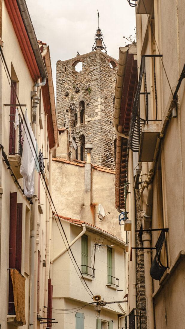 In den engen Gassen von Arles-sur-Tech ragt immer wieder die Abteikirche auf. Foto: Hilke Maunder