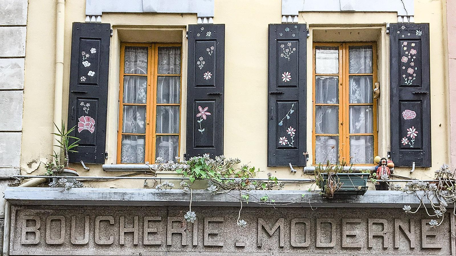 Arles-sur-Tech: Fensterschmuck oberhalb der Boucherie Mordene. Foto: Hilke Maunder