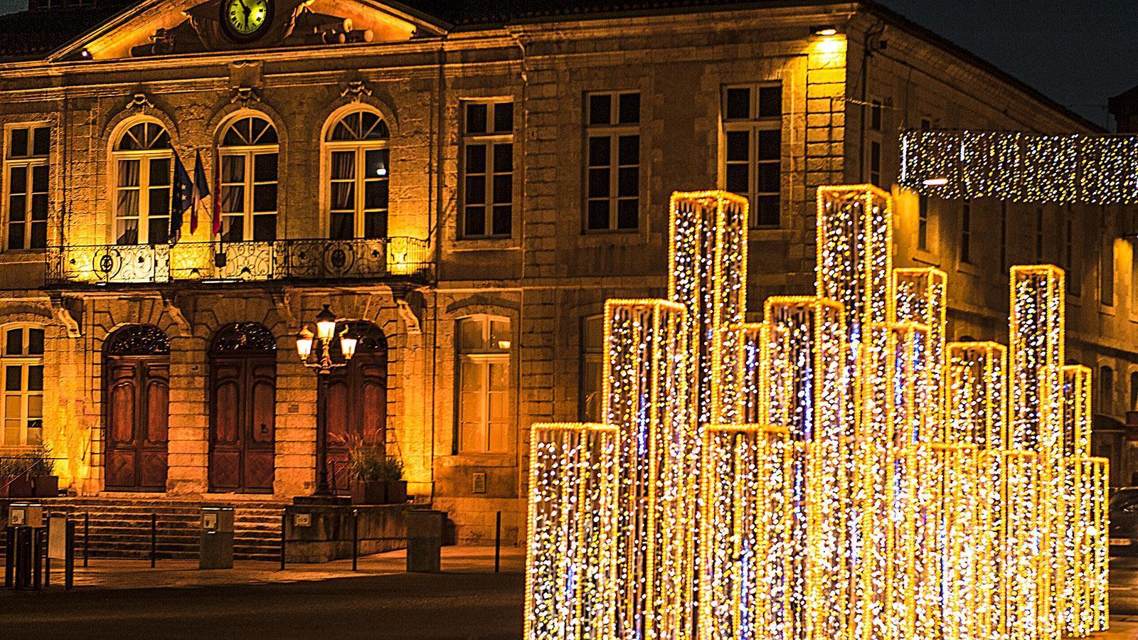 Auch: Der Rathausplatz in Weihnachtsbeleuchtung. Foto: Hilke Maunder