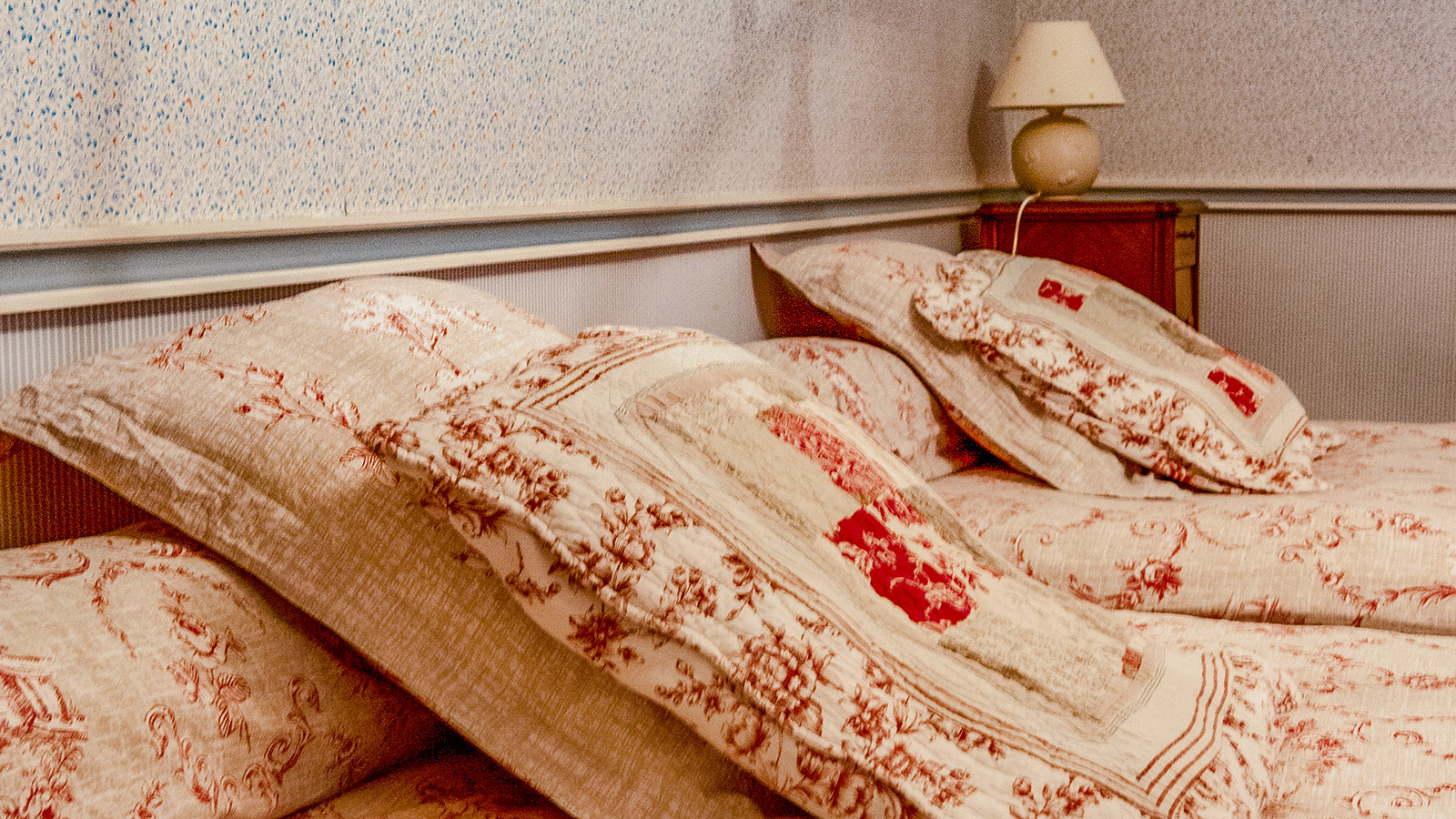 Entre-deux-Mers: Nostalgisch komfortabel: die Zimmer des Château du Peyre. Foto: Hilke Maunder