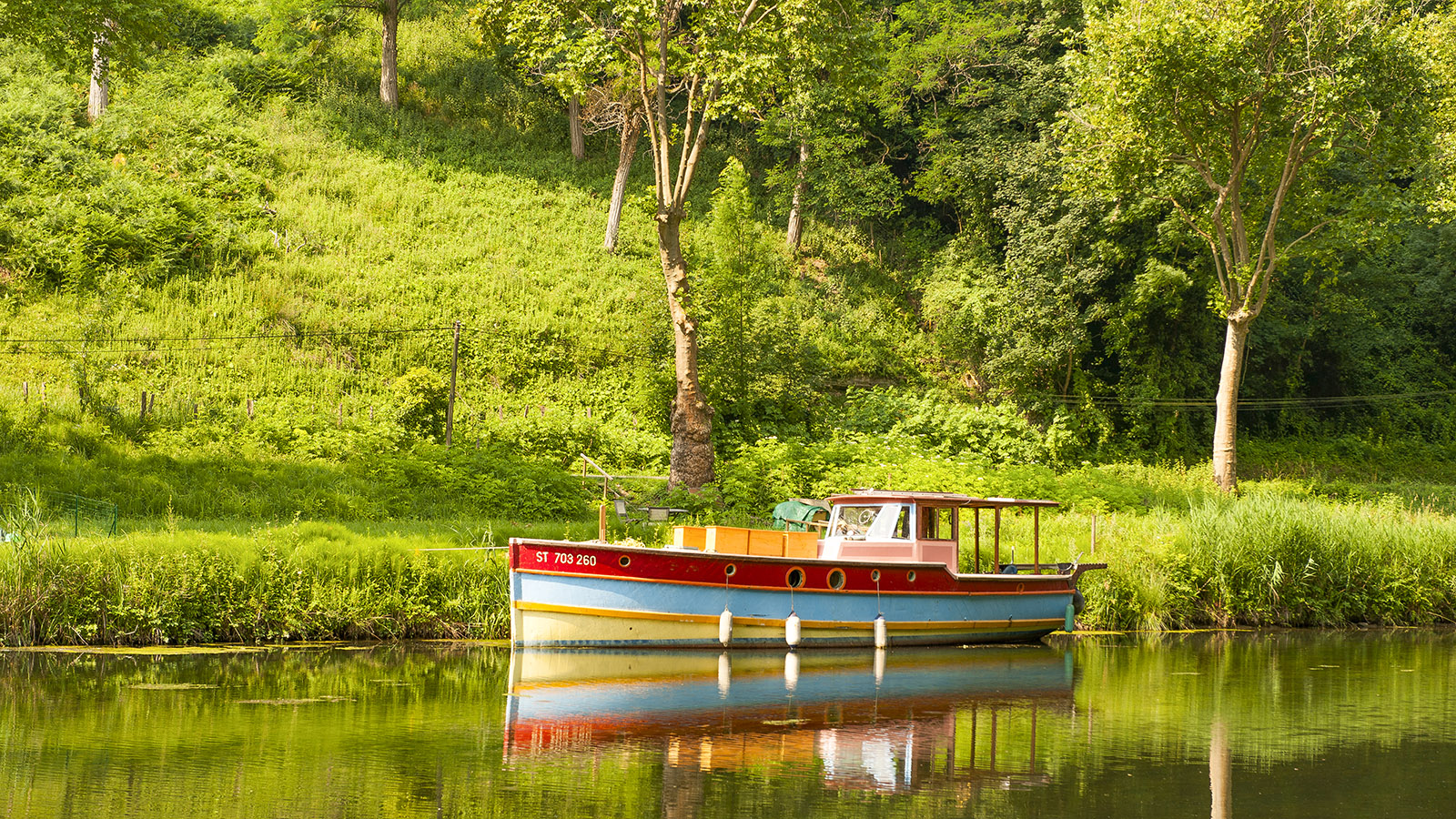 Entre-deux-Mers: Hausboot am Garonne-Seitenkanal. Foto: Hilke Maunder