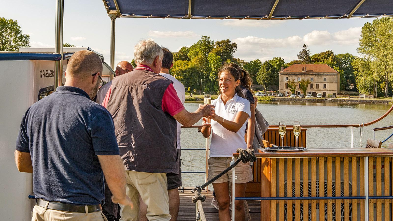 MS L'Impressionisste: Zur Begrüßung an Bord gibt es Champagner. Foto: Hilke Maunder