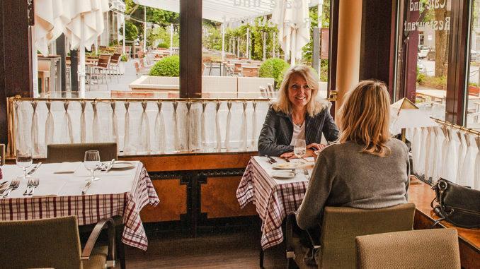 Catherine Briat im Gespräch mit Hilke Maunder. In der Brasserie des Elysee-Hotels zu Hamburg verriet sie ihre Pläne, Wünsche und Visionen. Foto: Hilke Maunder