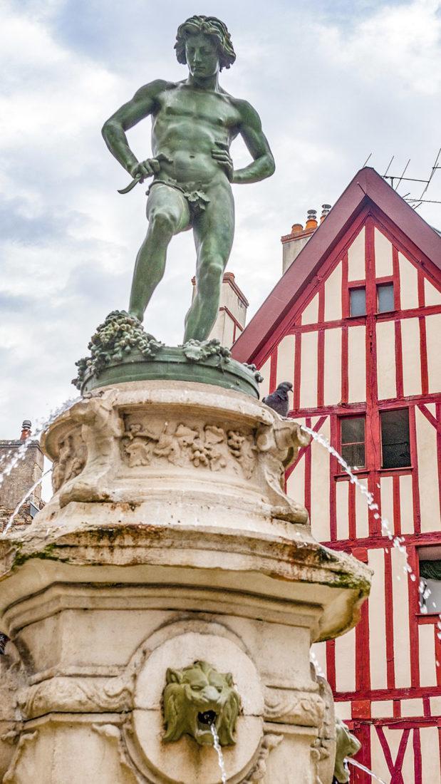 """Die Place François-Rude im Zentrum von Dijon mit der Skulptur """"Le Vendangeur"""". Foto: Hilke Maunder"""