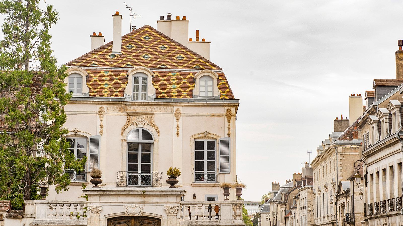 Dijon: Bunt glasierte Ziegel sind typisch für die Dächer der Bourgogne. Foto: Hilke Maunder
