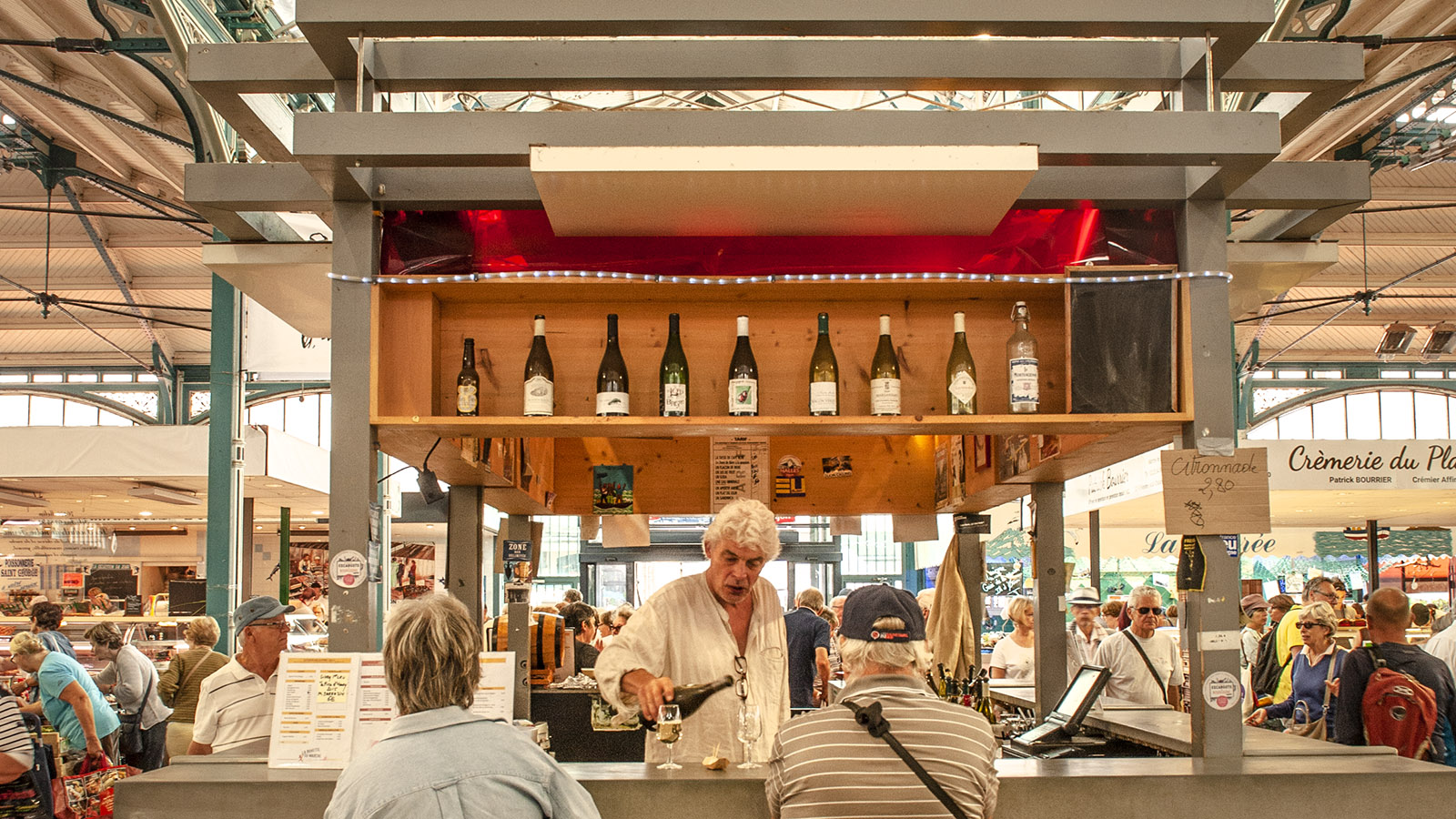 Ein Gläschen Wein? An der Buvette der Markthalle von Dijon. Foto: Hilke Maunder