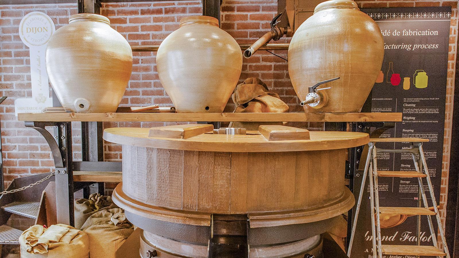 Dijon: Die Senfmühle im Laden von Fallot. Foto: Hilke Maunder