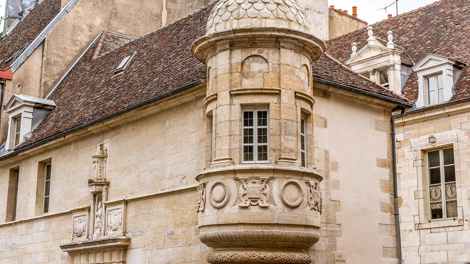 Dijon: kunstvoller Erker an einem Stadtpalais. Foto: Hilke Maunder