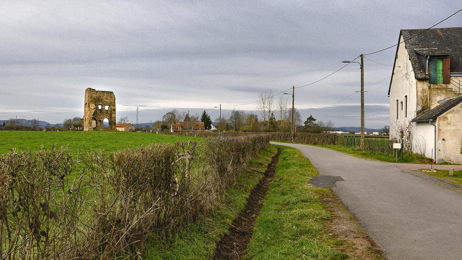 Autun: Etwas außerhalb erhebt sich der stark lädierte Reist des römischen Janustempels. Foto: Hilke Maunder