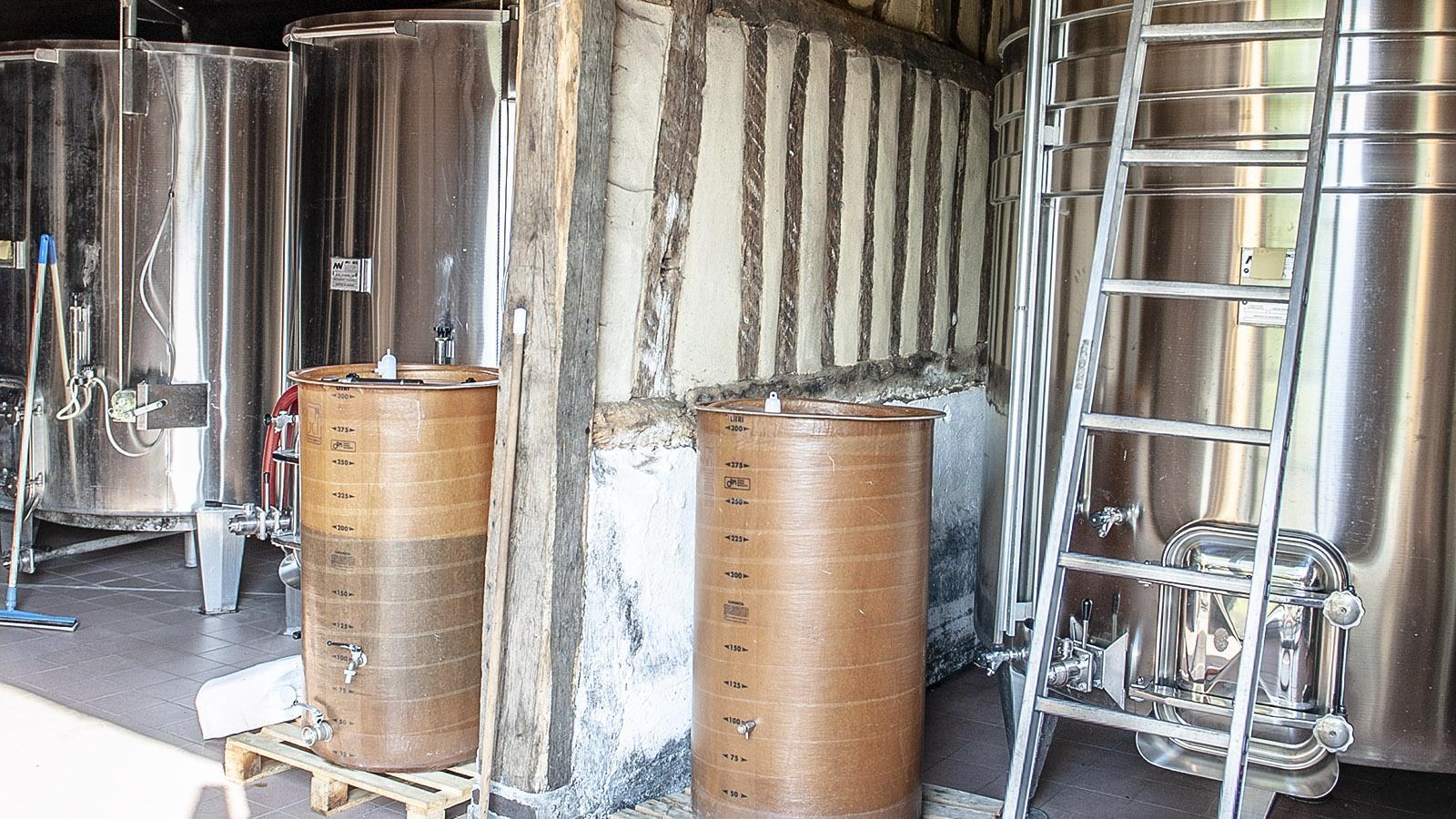 Cidre-Herstellung: In Edelstahlfässern gärt der Apfelmost. Foto: Hilke Maunder
