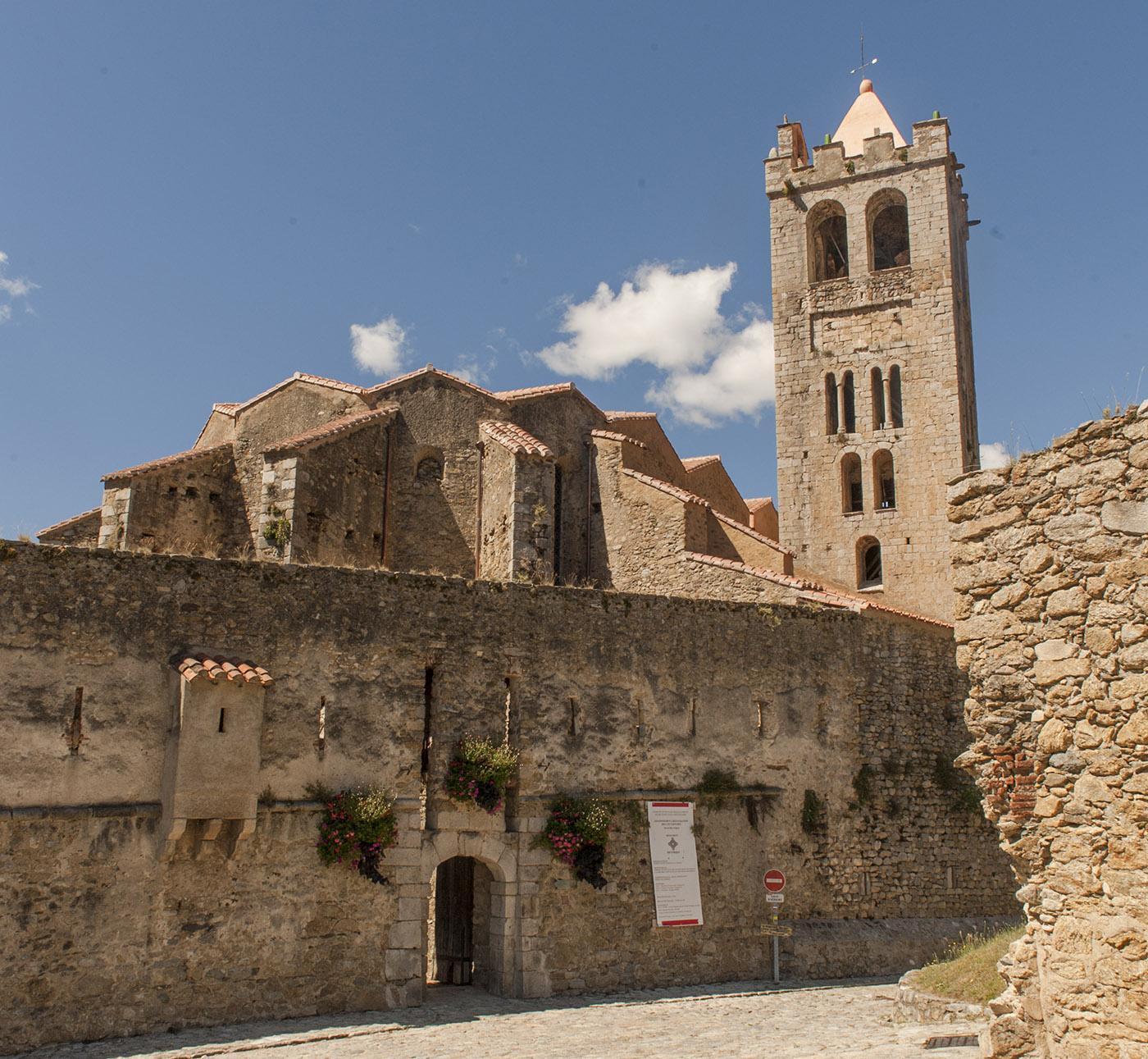 Die Pfarrkirche von Prats-de-Mollo ist in die Stadtmauer integriert. Foto: Hilke Maunder