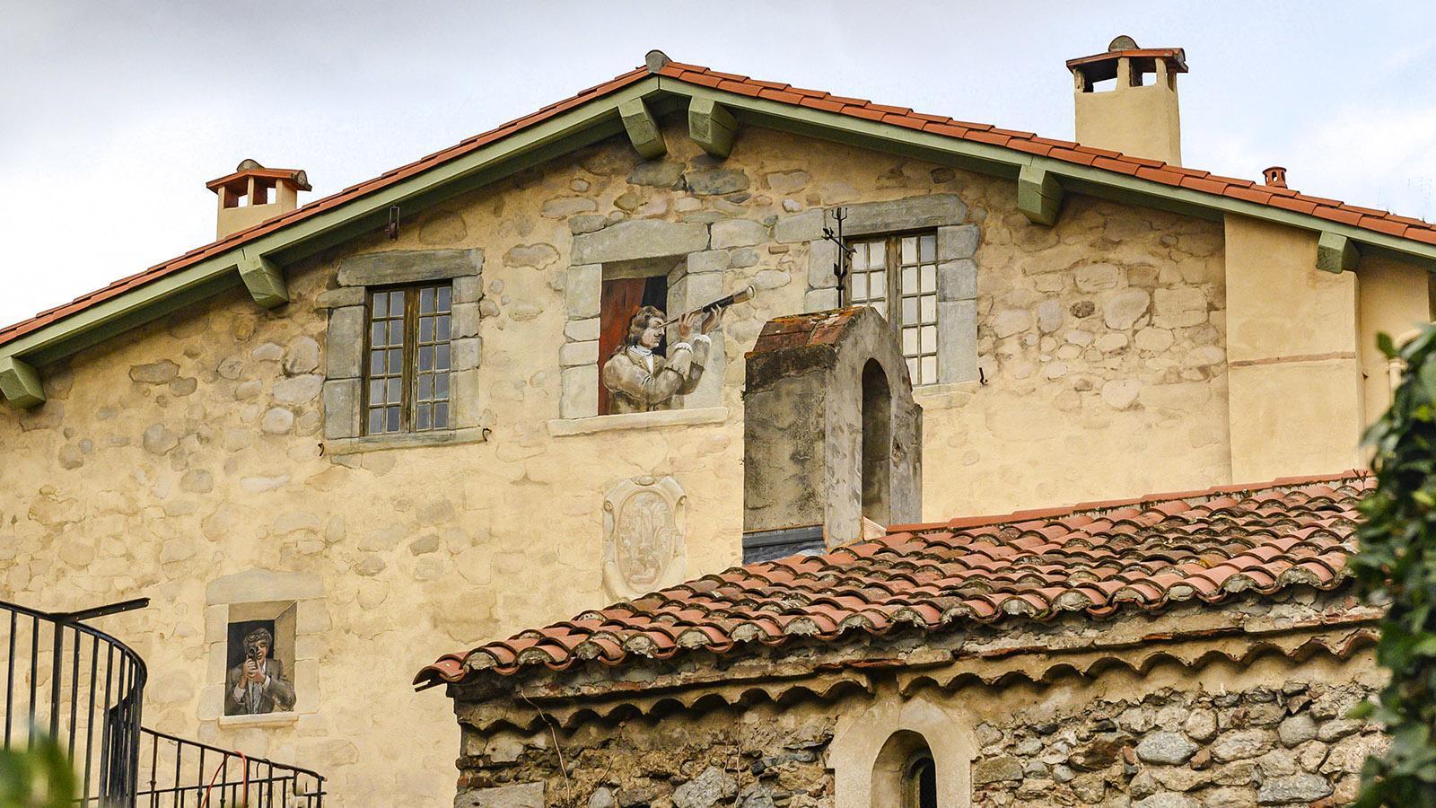 Prats-de-Mollo: Wer kommt denn da? Wachsames Wandbild an der Wehrmauer. Foto: Hilke Maunder
