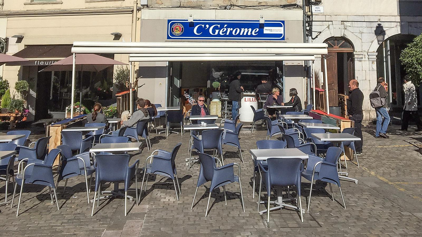 Saint-Gaudens: Die Cafés stellen Tische und Stühle aufs Pflaster, sobald sich die ersten Sonnenstrahlen zeigen. Foto: Hilke Maunder