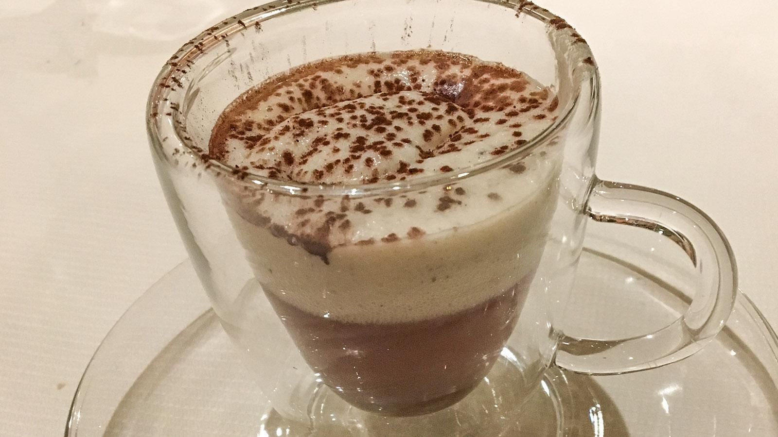 Bruno Chartron: Consommé de volaille en cappuccino truffé. Foto: Hilke Mander