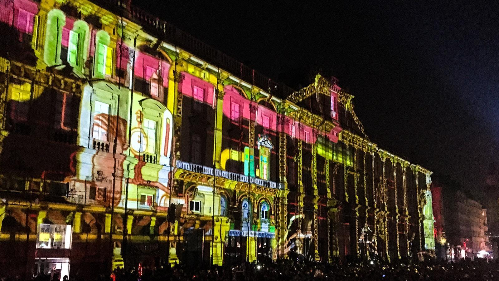 Fête des Lumières: An der Place des Terreaux sind alle Fassaden in das Lichterspektakel eingebunden. Foto: Hilke Maunder
