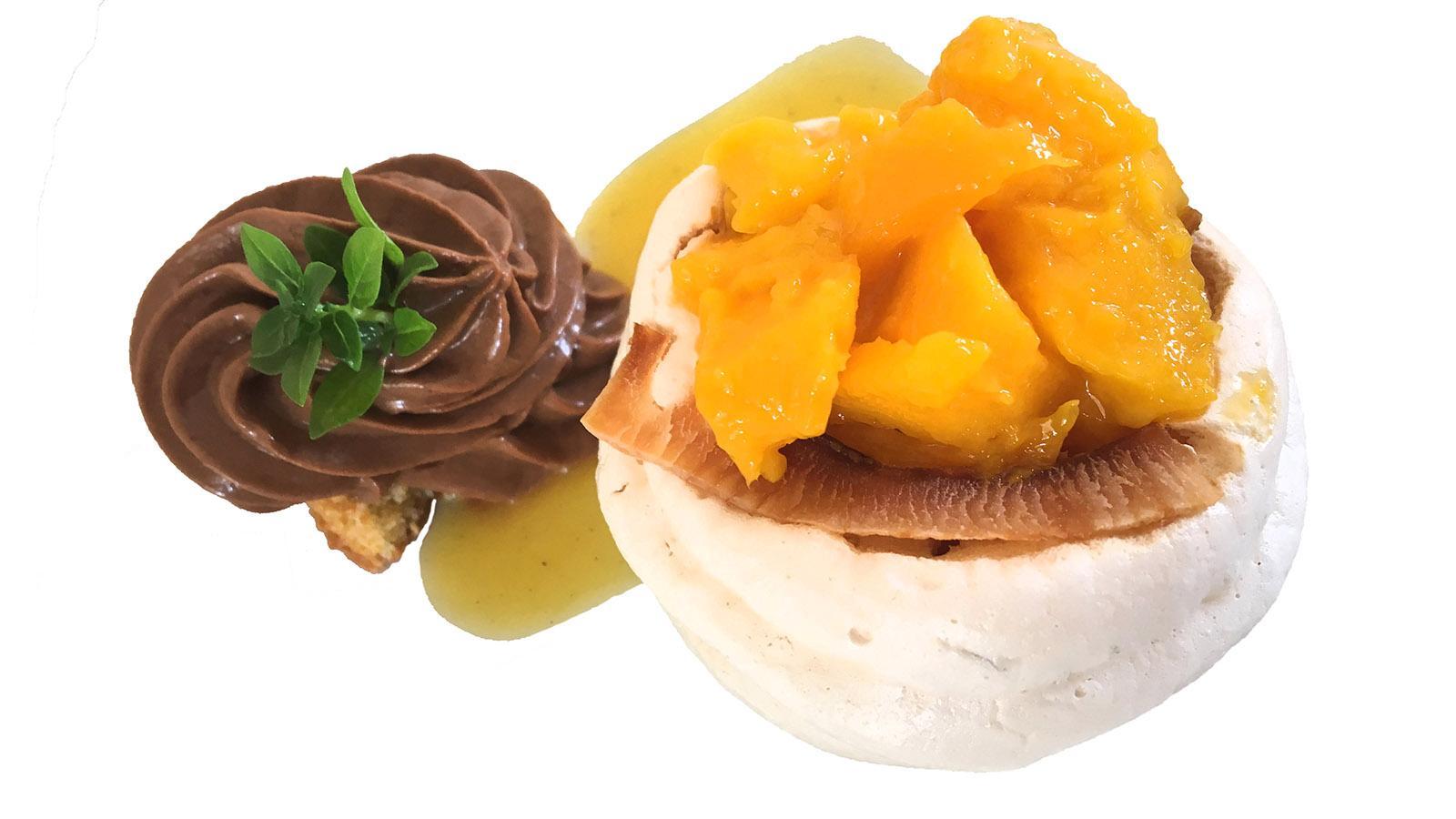 Mango auf Meringue, begleitet von Schokokrem: ein Dessert von Claire-Marie Dubois. Foto: Hilke Maunder