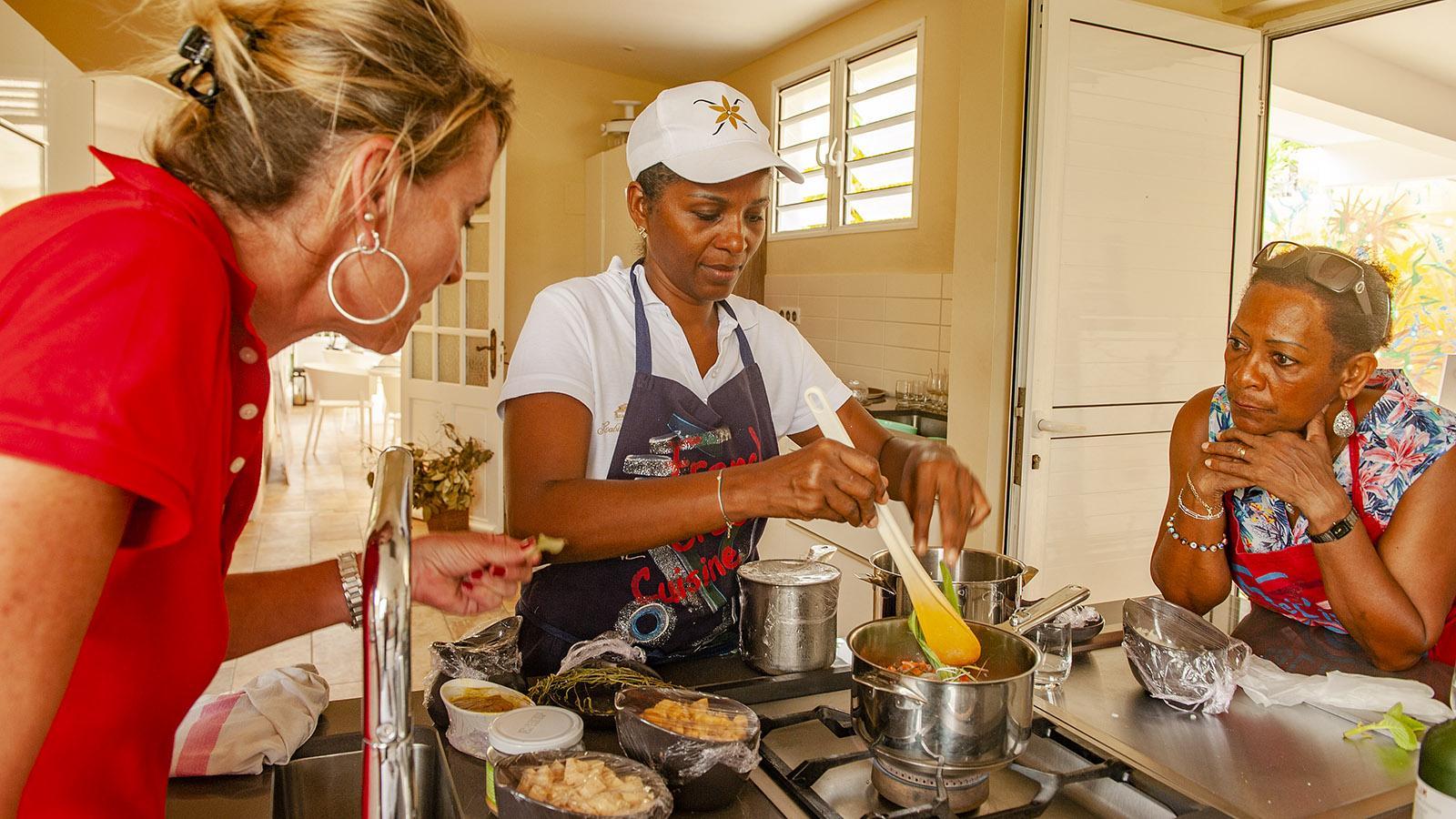 In kleinen Gruppen zeigt Claire-Marie Dubois, wie auf ihrer Heimatinsel Martinique authentisch gekocht wird. Foto: Hilke Maunder