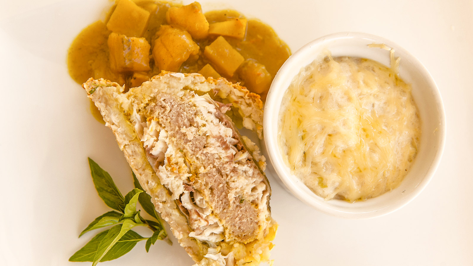Loup Caraibes, gefüllt mit Thunfisch, umhüllt mit Brotfrucht: ein eKreation von In kleinen Gruppen zeigt Claire-Marie Dubois. Foto: Hilke Maunder
