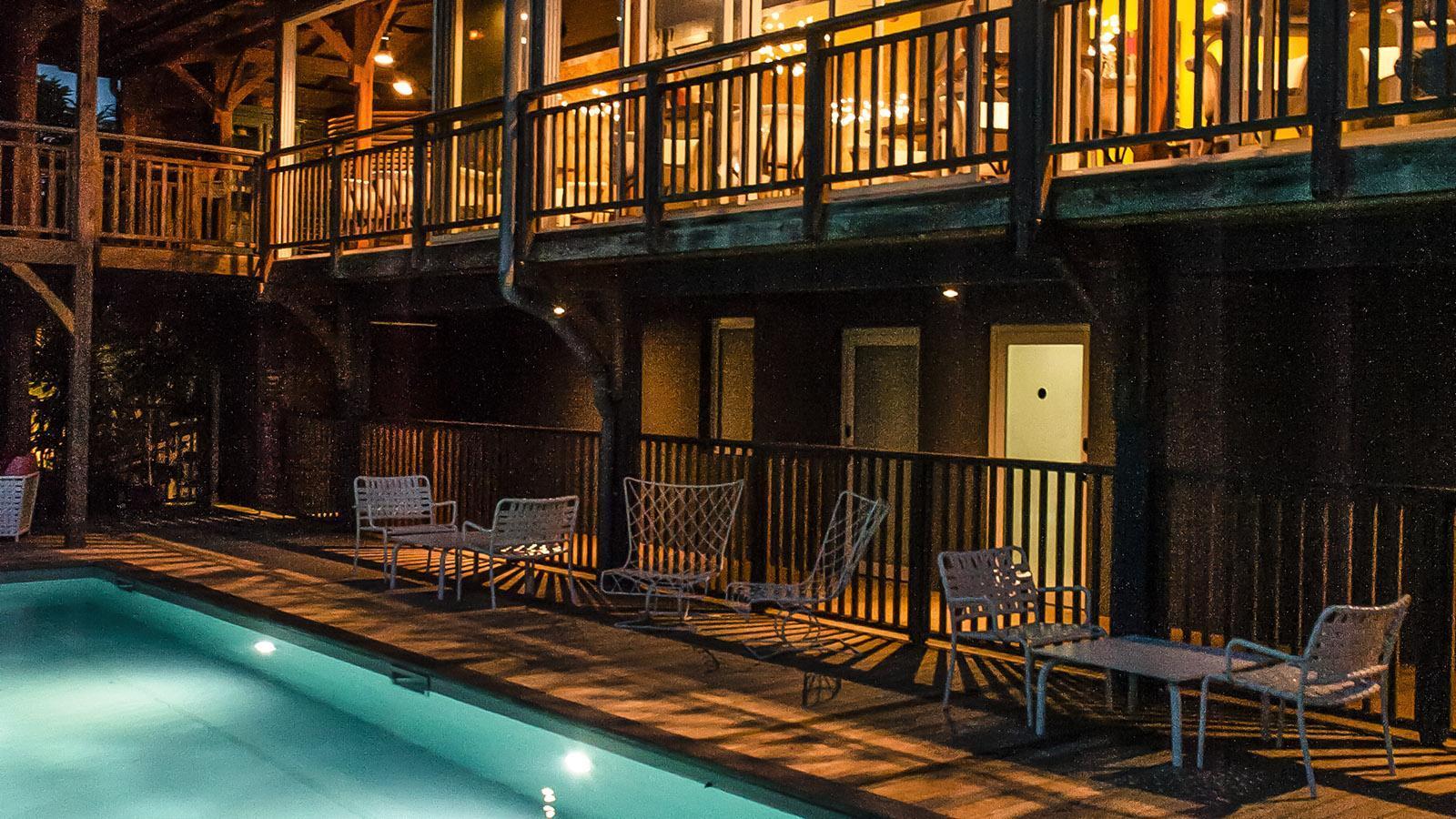 French Coco: Abends wird der Pool stimmungsvoll beleuchtet. Foto: Hilke Maunder