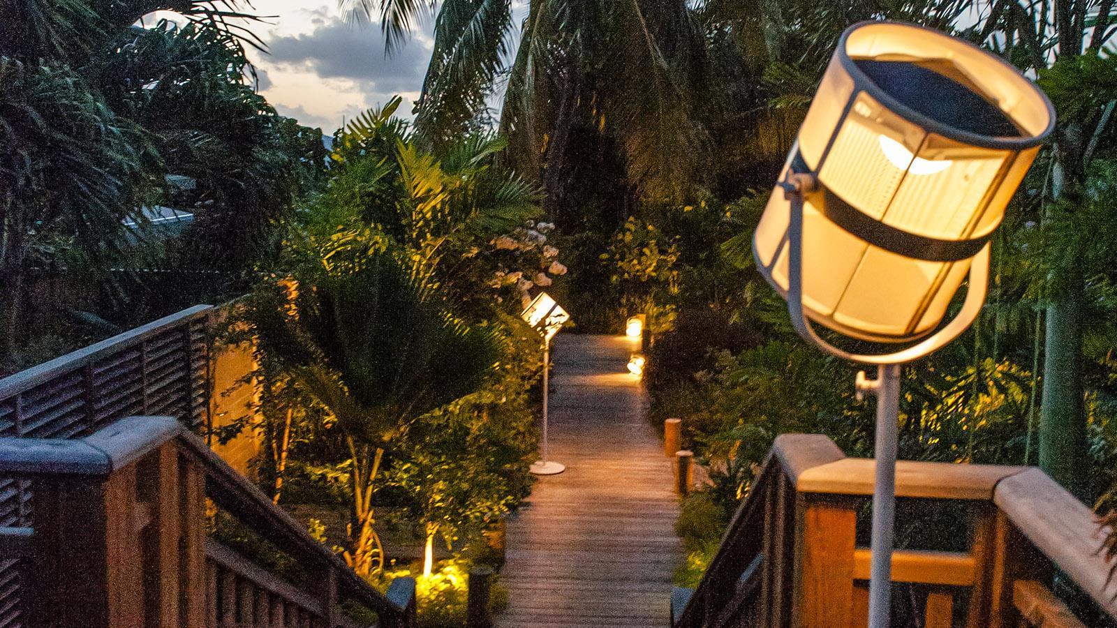 French Coco: Abends werden die Wege stimmungsvoll beleuchtet. Foto: Hilke Maunder
