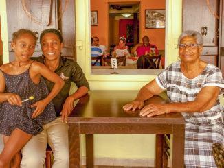 Tante Arlette (r.) mit Tochter und Enkeltochter. Foto: Hilke Maunder