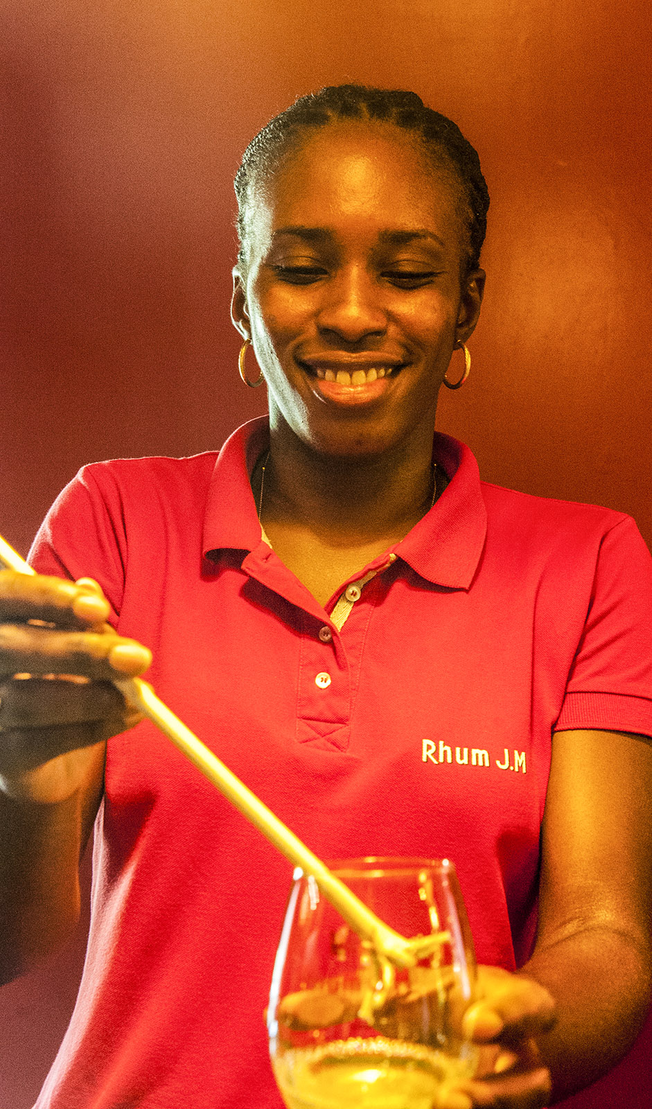 Rum auf Martinique: Aurelie Bapte bereitet einen Ti Punch vor. Foto: Hilke Maunder